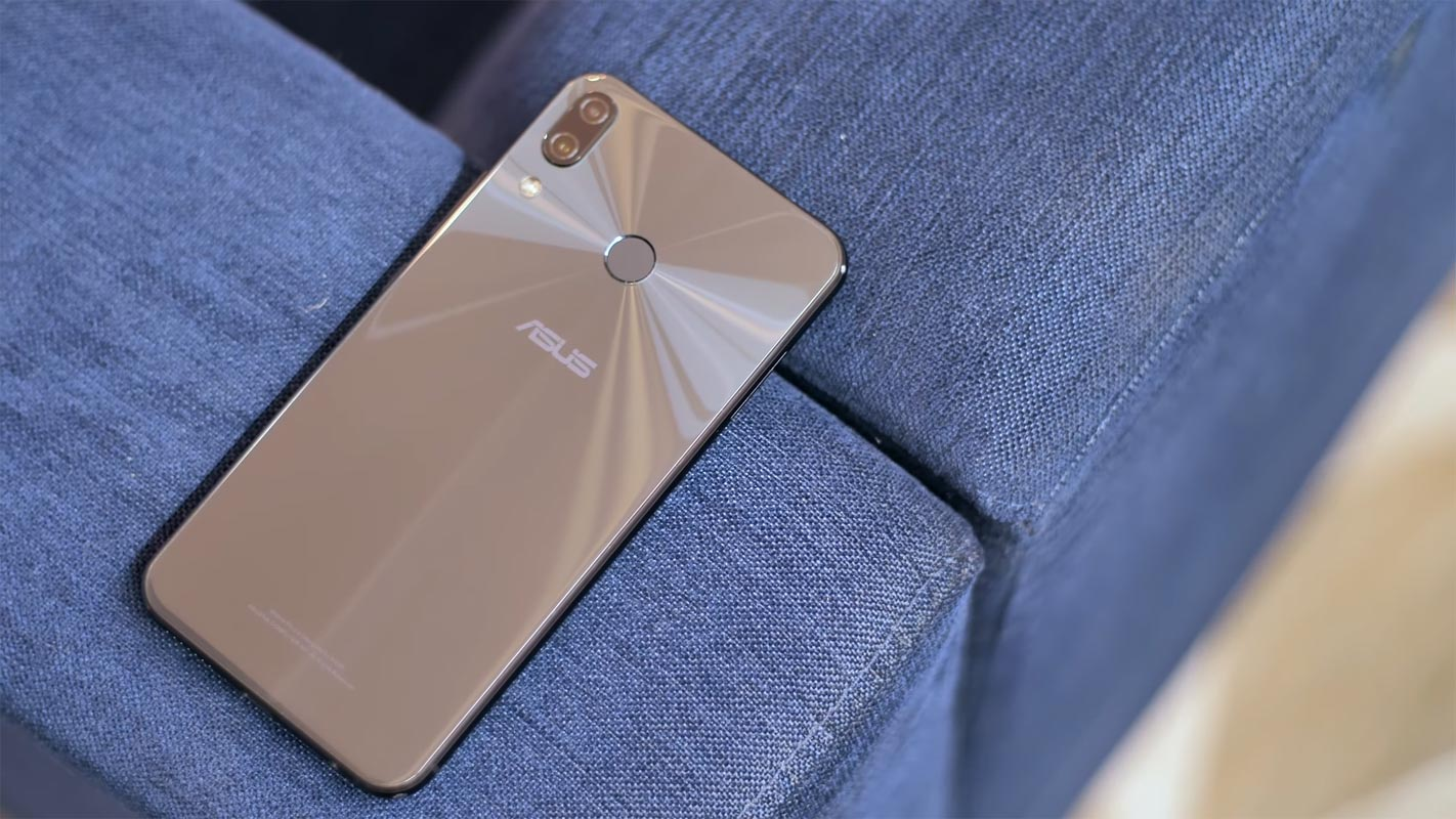 Asus Zenfone 5Z on the Blue Couch