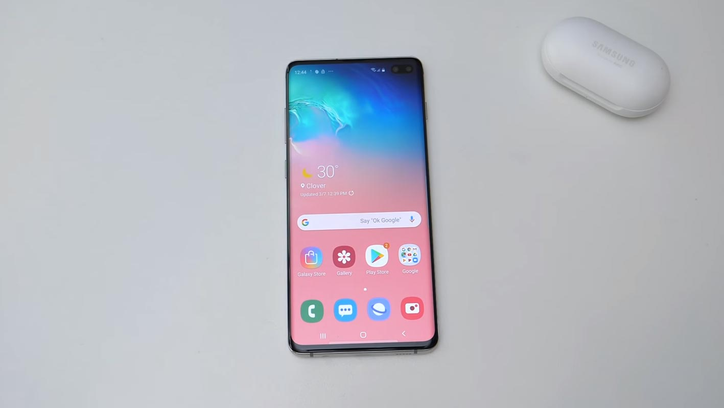 Samsung Galaxy S10 Plus With Earbuds