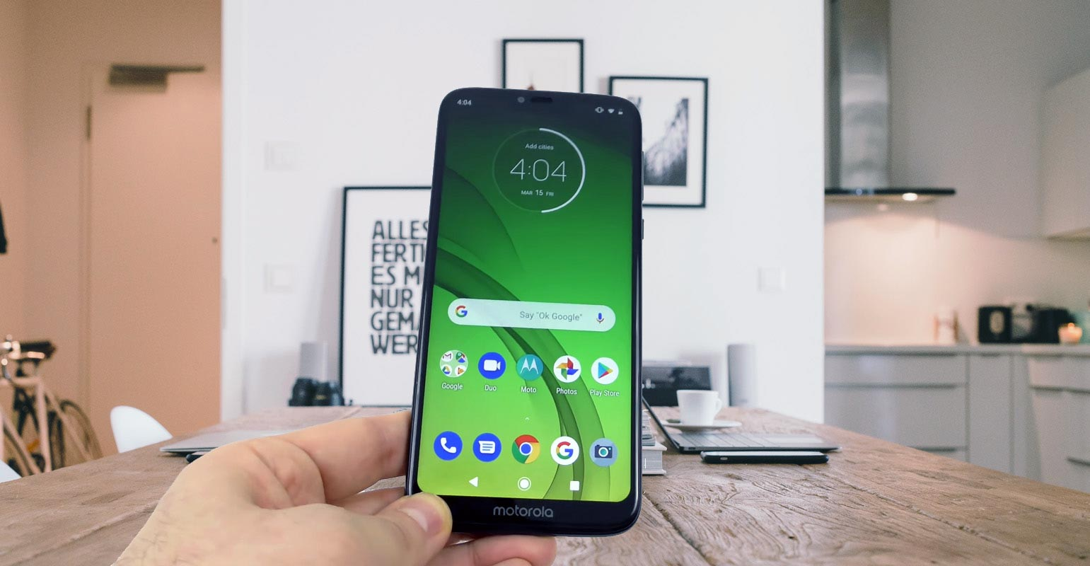 Moto G7 Power Unlocked screen in the hand