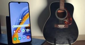 Samsung Galaxy M21 near gitar