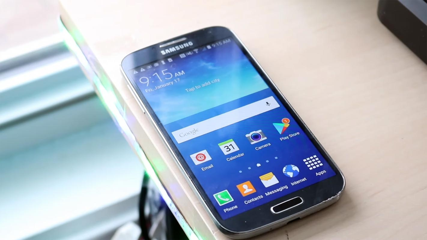 Samsung galaxy S4 Front Side Unlocked Screen on the table