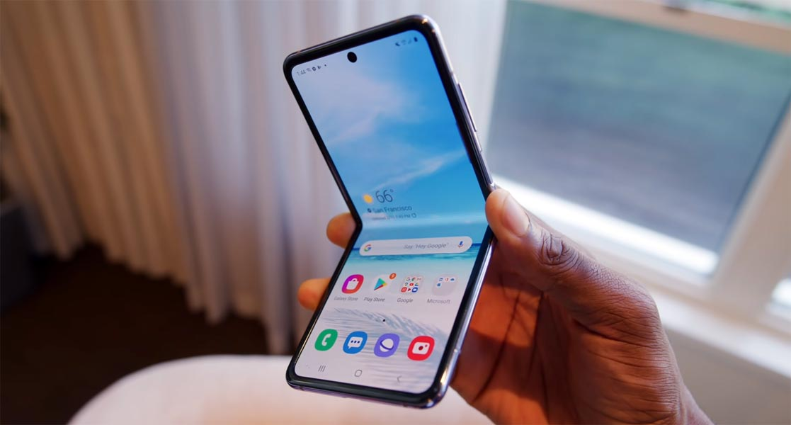 Samsung galaxy Z Fold in hand
