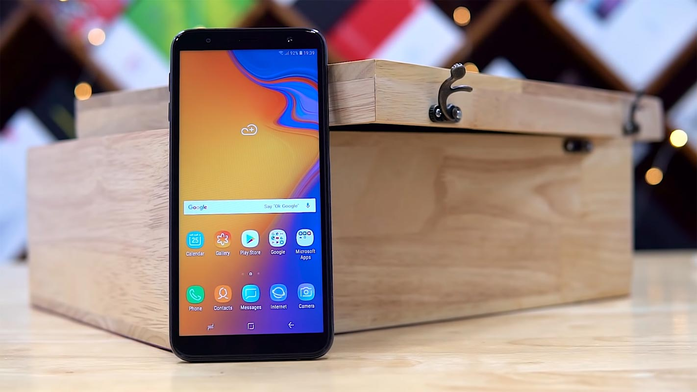 Samsung Galaxy J6 Plus with the Wooden Box